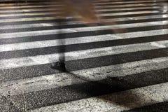 Πεζός στη βροχερή οδό πόλεων Στοκ Εικόνα