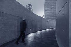 Πεζός στη σύγχρονη διάβαση πεζών Στοκ Εικόνες