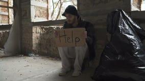 Πεινασμένοι άρρωστοι άστεγοι με τη βοήθεια ` χαρτονιού ` απόθεμα βίντεο