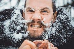 Πεινασμένος βόρειος γενειοφόρος τρώει το κρέας Βόρειο γενειοφόρο άτομο επιζόντων με ένα κομμάτι του κρέατος Στοκ εικόνες με δικαίωμα ελεύθερης χρήσης