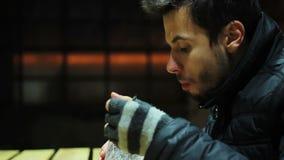 Πεινασμένος φτωχός άνθρωπος που τρώει τη σαλάτα με το τυρί και τα λαχανικά Γεγονός φιλανθρωπίας ευχαρίστηση απόθεμα βίντεο