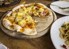 Πεινασμένο γούστο γευμάτων μεσημεριανού γεύματος carbonara μακαρονιών πιτσών τροφίμων Στοκ εικόνες με δικαίωμα ελεύθερης χρήσης
