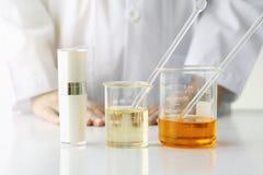 Πειράματα έννοιας, γιατρών και ιατρικής προϊόντων ομορφιάς, φαρμακοποιός που διατυπώνουν τη χημική ουσία για το καλλυντικό Στοκ Εικόνες