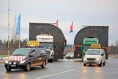 Πειραματικά αυτοκίνητα και δύο φορτηγά που μεταφέρουν τα υπεργέθη φορτία Στοκ Φωτογραφίες