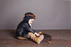 Πειραματικά παιχνίδια μικρών παιδιών στα αεροπλάνα Στοκ Εικόνα