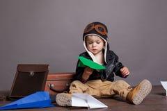 Πειραματικά παιχνίδια μικρών παιδιών στο αεροπλάνο εγγράφου Στοκ Εικόνα