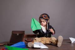 Πειραματικά παιχνίδια μικρών παιδιών στο αεροπλάνο εγγράφου Στοκ Εικόνες