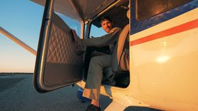 Πειραματικός κάθεται σε ένα πιλοτήριο ενός αεροπλάνου, χαμογελώντας σε μια κάμερα απόθεμα βίντεο