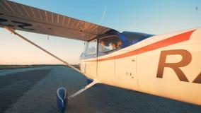 Πειραματικός κάθεται σε μια καμπίνα αεροπλάνων και κλείνει την πόρτα 4K απόθεμα βίντεο