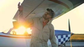 Πειραματικός, ο μηχανικός που ελέγχει τα φτερά του αεροπλάνου, κλείνει επάνω φιλμ μικρού μήκους