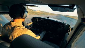 Πειραματικός πλοηγεί biplane σε ένα αεροδρόμιο Άποψη πιλοτηρίων απόθεμα βίντεο