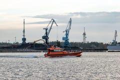 Πειραματικός που αναμένεται του πηγαίνοντας σκάφους για να μπεί στο λιμένα Στοκ Εικόνες