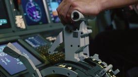 Πειραματικό χέρι εκμετάλλευσης στη λαβή μοχλών ώθησης για τον έλεγχο μηχανών του επιβατηγού αεροσκάφους απόθεμα βίντεο