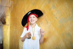 Πειρατής αγοριών που προετοιμάζεται για τις διακοπές αποκριές στοκ φωτογραφίες