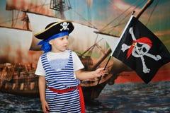 Πειρατής αγοριών στο υπόβαθρο σκαφών Στοκ Εικόνα