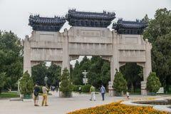 Πεκίνο, Κίνα - το Σεπτέμβριο του 2015 circa: Τριπλές πύλες στο παλαιό παραδοσιακό πάρκο στο Πεκίνο, Κίνα Στοκ Φωτογραφίες