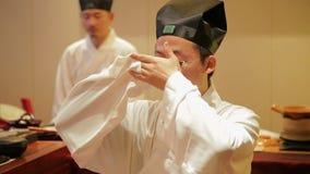 Πεκίνο - 1 ΝΟΕΜΒΡΊΟΥ: Ντυμένος στον παραδοσιακό ιματισμό Κίνα, άνθρωποι που εκτελεί την κινεζική αρχαία τελετή τσαγιού, την 1η Νο απόθεμα βίντεο