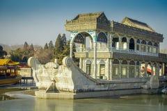 ΠΕΚΙΝΟ, ΚΙΝΑ - 29 ΙΑΝΟΥΑΡΊΟΥ 2017: Πέτρινο σπίτι που σχεδιάζεται ως houseboat προκυμαία συνεδρίασης, εσωτερικό παλάτι άνοιξη σύνθ Στοκ Εικόνες