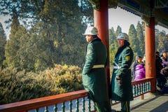 ΠΕΚΙΝΟ, ΚΙΝΑ - 29 ΙΑΝΟΥΑΡΊΟΥ 2017: Φρουρεί τη φθορά των πράσινων ομοιόμορφων παλτών μέσα στο ναό του ουρανού, αυτοκρατορικός σύνθ στοκ φωτογραφίες