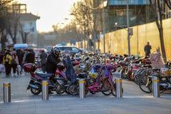 ΠΕΚΙΝΟ, ΚΙΝΑ - 12 ΜΑΡΤΊΟΥ 2016: Ποδήλατα, μηχανικά δίκυκλα και αυτοκίνητα μέσα Στοκ Φωτογραφίες
