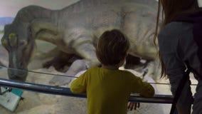 ΠΕΚΙΝΟ, ΚΙΝΑ - 22 ΟΚΤΩΒΡΊΟΥ 2018: πρότυπο του δεινοσαύρου που φρουρεί τη γέννηση των αυγών με την εκκόλαψη των μικρών δεινοσαύρων φιλμ μικρού μήκους