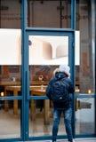 Πελάτες ανθρώπων που θαυμάζουν το iphone από την οδό Στοκ Εικόνες