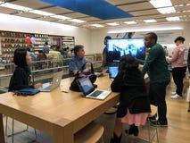 Πελάτες καταστημάτων της Apple στο κατάστημα της Apple Στοκ εικόνα με δικαίωμα ελεύθερης χρήσης