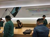 Πελάτες καταστημάτων της Apple στο κατάστημα της Apple Στοκ Εικόνες