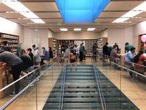Πελάτες καταστημάτων της Apple στο κατάστημα της Apple Στοκ Εικόνα