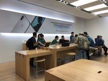 Πελάτες καταστημάτων της Apple στο κατάστημα της Apple Στοκ φωτογραφία με δικαίωμα ελεύθερης χρήσης