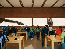 Πελάτες μέσα στη Apple Store που εξετάζουν τα διαφορετικά προϊόντα από έξυπνο Στοκ Φωτογραφίες