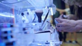 Πελάτες που αγοράζουν τα οργανικά καλλυντικά προϊόντα στην υπεραγορά 4K, κλείστε επάνω τα χέρια και τα προϊόντα απόθεμα βίντεο
