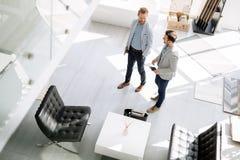 Πελάτες που εισάγουν το εσωτερικό κατάστημα σχεδίου Στοκ εικόνα με δικαίωμα ελεύθερης χρήσης