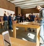 Πελάτες που εξετάζουν το νέο iPhone 8 και το iPhone 8 συν στη Apple Στοκ Εικόνα