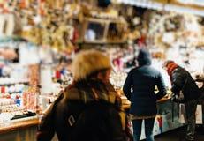Πελάτες που θαυμάζουν τα Χριστούγεννα της Γαλλίας διακοσμήσεων Χριστουγέννων marke στοκ εικόνες με δικαίωμα ελεύθερης χρήσης