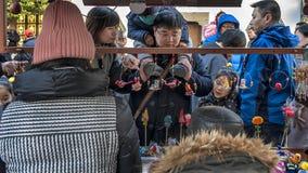 Πελάτες που πωλούν τους θαλάμους γλυπτών αργίλου Στοκ φωτογραφία με δικαίωμα ελεύθερης χρήσης