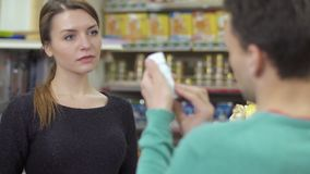 Πελάτης βοήθειας πωλητών για να επιλέξει το προϊόν στο κατάστημα κατοικίδιων ζώων φιλμ μικρού μήκους
