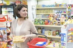 Πελάτης που επιλέγει τα προϊόντα στην υπεραγορά στοκ εικόνες με δικαίωμα ελεύθερης χρήσης