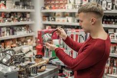 Πελάτης που επιλέγει το τοπ κατασκευαστή καφέ σομπών μετάλλων Στοκ Φωτογραφίες