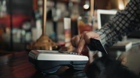 Πελάτης που κάνει την ασύρματη ή ανέπαφη πληρωμή που χρησιμοποιεί την πιστωτική κάρτα Χαμογελώντας ταμίας που δέχεται την πληρωμή απόθεμα βίντεο