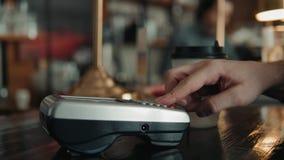 Πελάτης που κάνει την ασύρματη ή ανέπαφη πληρωμή που χρησιμοποιεί την πιστωτική κάρτα nfc Εργαζόμενος καταστημάτων που δέχεται τη απόθεμα βίντεο