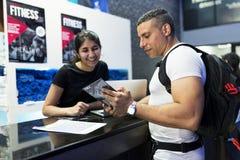 Πελάτης που μιλά για την ιδιότητα μέλους ικανότητας με το προσωπικό στοκ εικόνες