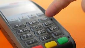 Πελάτης που πληρώνει με την ανέπαφη πιστωτική κάρτα με την τεχνολογία NFC απόθεμα βίντεο