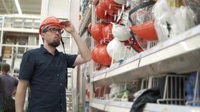 Πελάτης που ψωνίζει για την οικοδόμηση του εξοπλισμού απόθεμα βίντεο