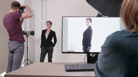 Πελάτης στο σύνολο με το φωτογράφο απόθεμα βίντεο