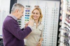 Πελάτης συμβουλών πωλητριών στοκ εικόνες