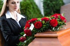Πενθώντας γυναίκα στην κηδεία με το φέρετρο Στοκ Εικόνα