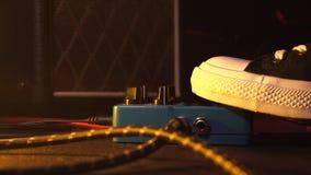 Πεντάλια κιθάρων και footswitch δωμάτιο καταγραφής εσωτερικών Κλείστε επάνω των πενταλιών κιθάρων και του ποδιού μουσικών ` s που στοκ φωτογραφίες