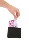 Πεντακόσια ευρώ στο πορτοφόλι και το χέρι. Στοκ Φωτογραφία