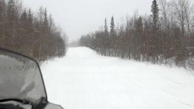 Πεπειραμένες κινήσεις οδηγών οχήματος για το χιόνι κατά μήκος της διαδρομής ελιγμού απόθεμα βίντεο